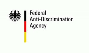 Logo der Antidiskriminierungsstelle des Bundes mit englischem Titel (Federal Anti-Discrimination Agency)